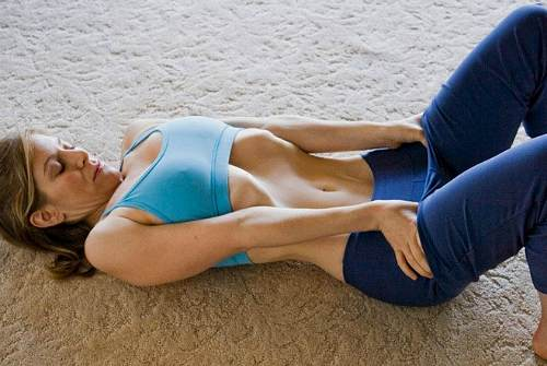 лежа на спине